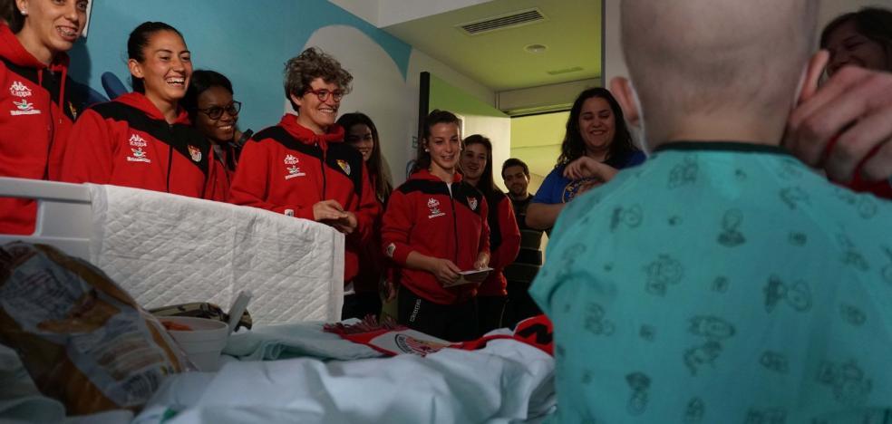 La plantilla visita la unidad de oncología del Materno Infantil de Badajoz