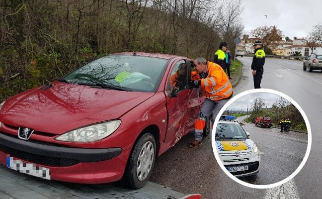 Dos heridos en la colisión entre dos turismos en el cruce de Puente de Vadillo en Cáceres