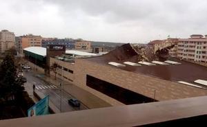 El viento levanta la cubierta del Perú Wellness en Cáceres