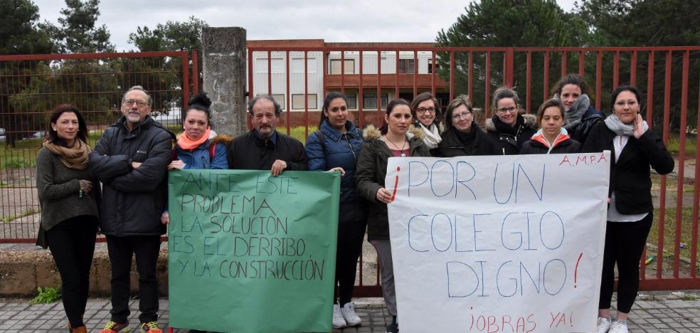 Los padres del colegio Cerro de Reyes exigen que empiecen las obras del nuevo aulario