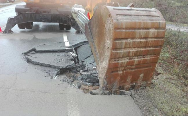 Dos carreteras cortadas en Cáceres por desprendimiento y nieve