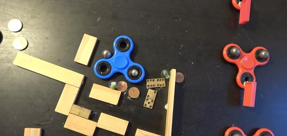Efecto dominó con spinners y canicas