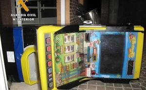 Sorprendidos al intentar llevarse la máquina tragaperras de un bar de Villafranca de los Barros