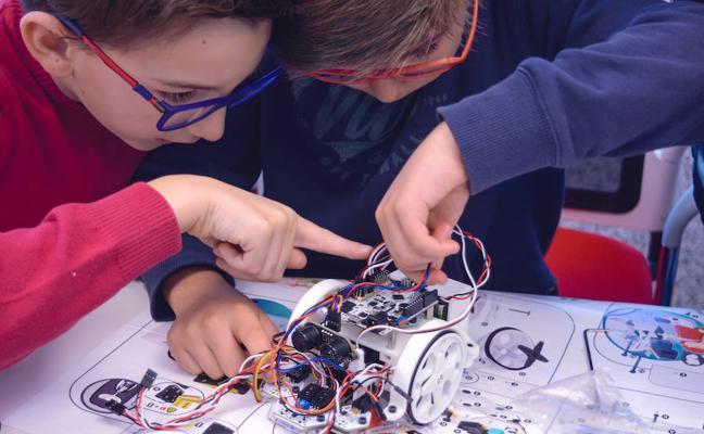 Lanzan la primera plataforma interactiva para aprender robótica y programación en el colegio