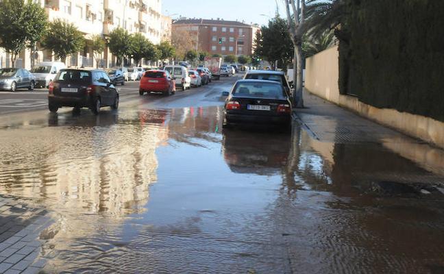La rotura de una tubería inunda la avenida Lusitania de Mérida