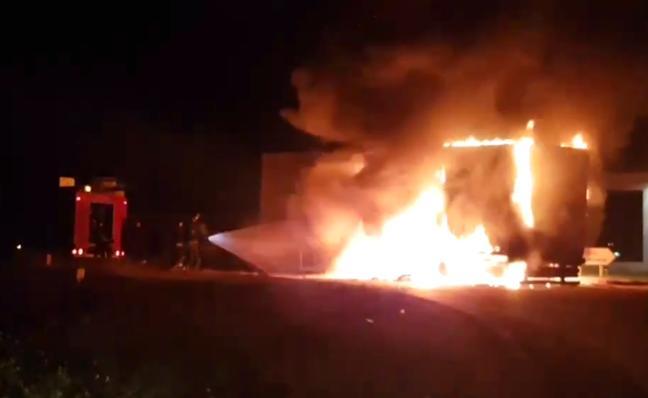 El incendio de un camión dificulta el tráfico a la entrada de Mérida