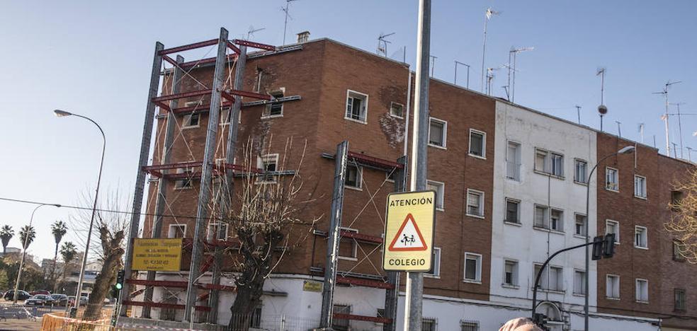 Los vecinos piden que Aqualia repare el edificio de Badajoz en riesgo de derrumbe