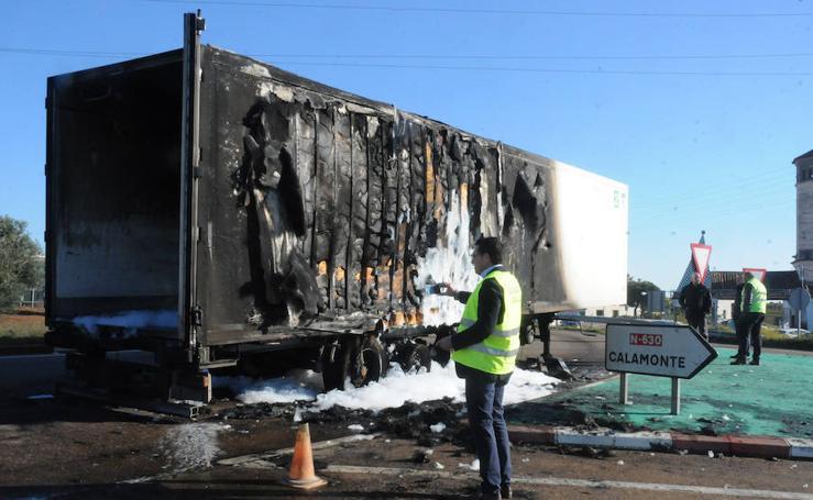 Estado en el que ha quedado el camión que ha salido ardiendo en Mérida