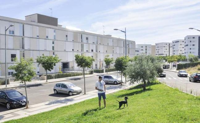 El Ayuntamiento se compromete a arreglar un camino peatonal de acceso a La Pilara