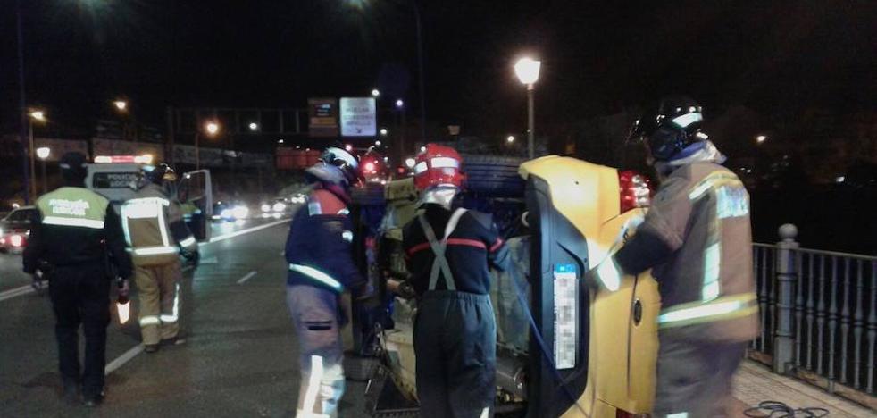 Vuelca un coche en el puente sobre el Rivilla tras chocar con otro en Badajoz