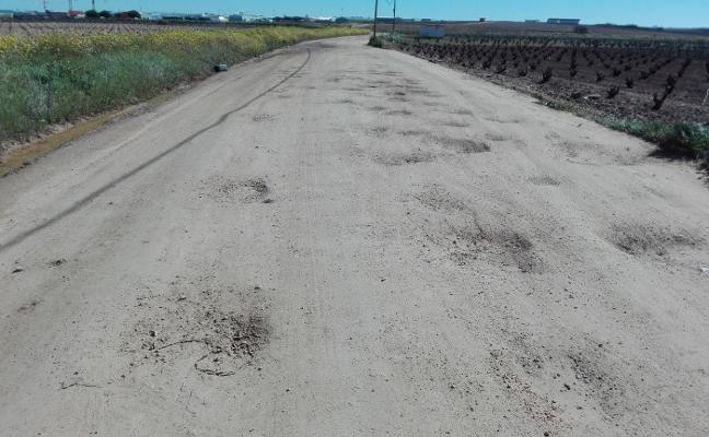 Adjudican a la empresa Sani el mantenimiento de caminos de Almendralejo