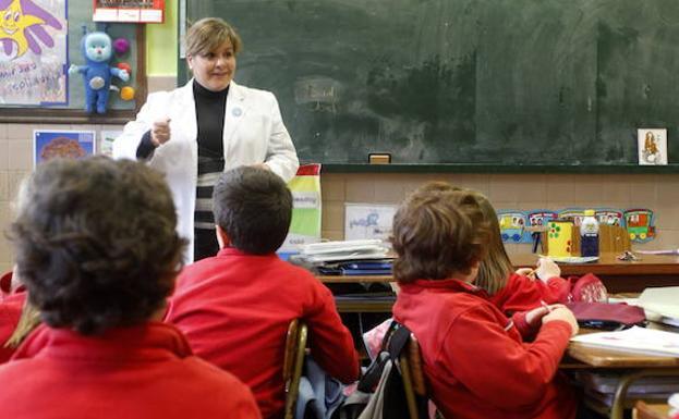 Una profesora imparte una clase en una imagen de archivo. :: /HOY