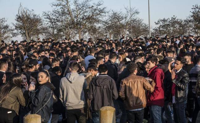 Herido un joven de 19 años por un botellazo en la cabeza en la Fiesta de la Primavera de Badajoz