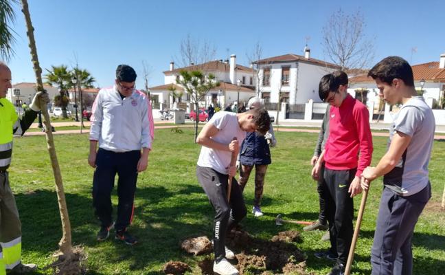 Plantación de árboles en Olivenza para celebrar el Día Internacional de los Bosques