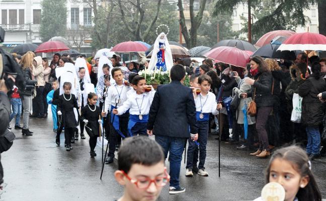 La lluvia marcó la cuarta edición de la Semana Santa Infantil, que apenas pudo hacer el recorrido