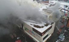 Ascienden a 64 las víctimas por el incendio en un centro comercial de Siberia