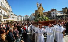 La alegría de la resurrección llena la Plaza Mayor de Cáceres