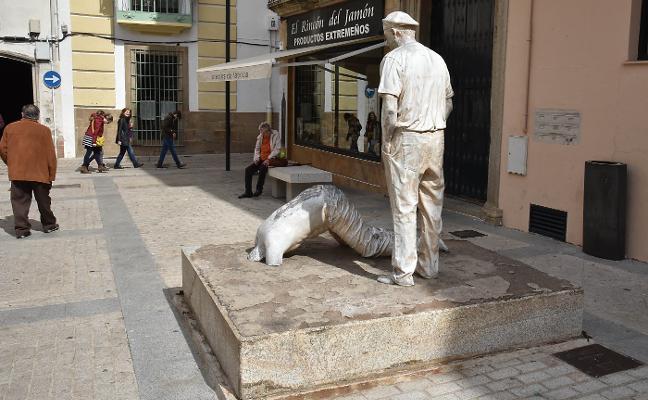 Antonio Morán inicia una nueva campaña para el arreglo de su escultura de la plaza de Ansano