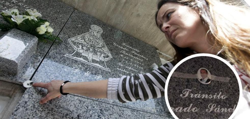 «Mi padre se quedó descolocado al ver su propia foto en la lápida de mi madre»