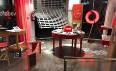 Empotran un coche contra la tienda Vodafone de Menacho para robar