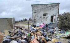 Los Santos de Maimona retira tres bañeras de basura de su sierra de San Cristóbal