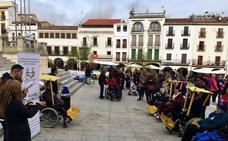 Un centenar de personas se moviliza para que Cáceres sea una ciudad más accesible