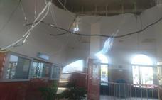 Adif cierra el vestíbulo de la estación de Don Benito tras desprenderse el falso techo