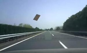 Una lámina de metal impacta contra el parabrisas de un coche