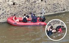 Rescatado en Badajoz tras lanzarse al Canal de los Ayala para salvar a su perro