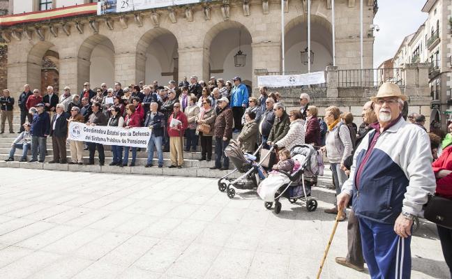 Un centenar de jubilados pide en Cáceres la revalorización de las pensiones
