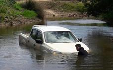 Rescatan a un hombre que quedó atrapado con su coche en mitad de un río cerca de Talavera