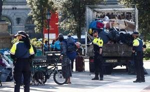 Desalojan a los acampados en la plaza Cataluña de Barcelona