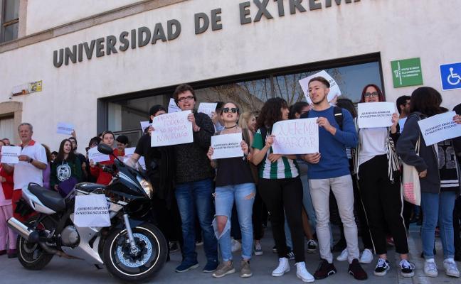 Los estudiantes de Comunicación reclaman en Badajoz poder aparcar en su facultad