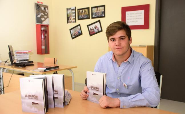 El alumno del IES Caurium Andrés Astasio presenta 'La maldición de las Islas Makk', su primer libro