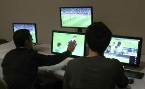 FIFA selecciona 13 árbitros VAR y explicará en pantallas gigantes decisiones