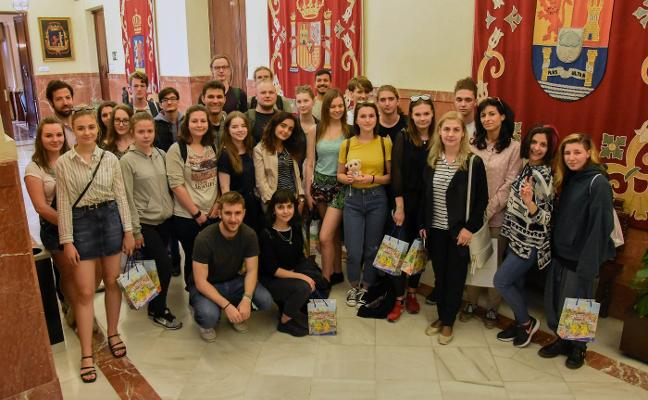 Estudiantes europeos son recibidos en el Consistorio pacense