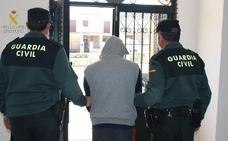 Detienen a un vecino de Zarza la Mayor que intentó robar en un banco y en una vivienda