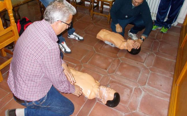 Los trabajadores de la Mancomunidad de la Vera aprenden a usar el desfibrilador