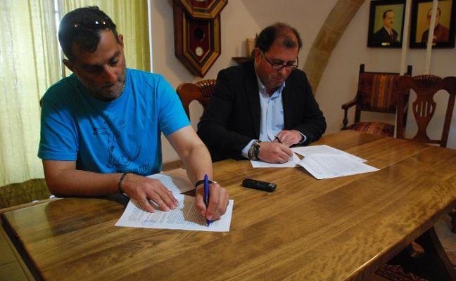 El Consistorio y la protectora de animales oficializan su relación con la firma de un convenio