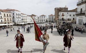 Un intenso San Jorge se despide en Cáceres con el tremolar del pendón de Víctor Peguero