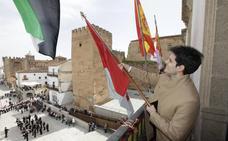 El tremolar del pendón cierra los actos de San Jorge en Cáceres