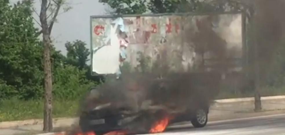 Espectacular incendio de un coche en la entrada de Cáceres