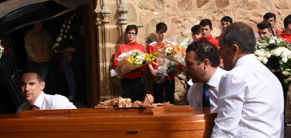 Multitudinaria despedida del menor fallecido en el accidente de Villar del Rey