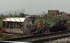 Fallece el conductor de un camión tras chocar con el tren que cubre la línea Madrid-Badajoz