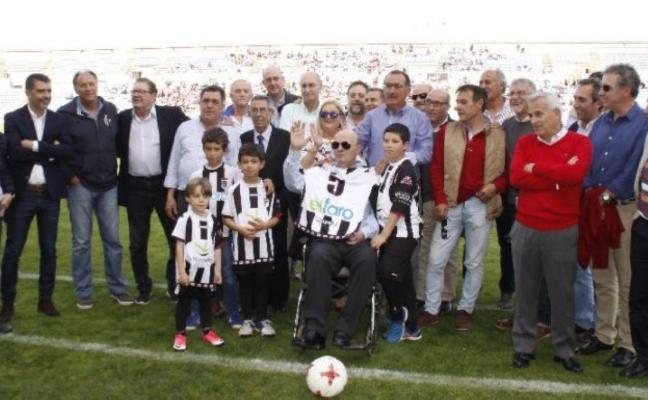 Homenaje del Badajoz y sus compañeros a Quico Borrego