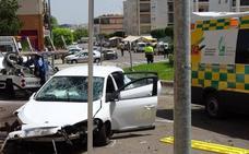 Un conductor se empotra contra una rotonda de la avenida de la Constitución de Mérida