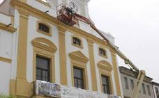 Pintan la fachada principal del Ayuntamiento de Mérida, que lucirá de blanco y gris