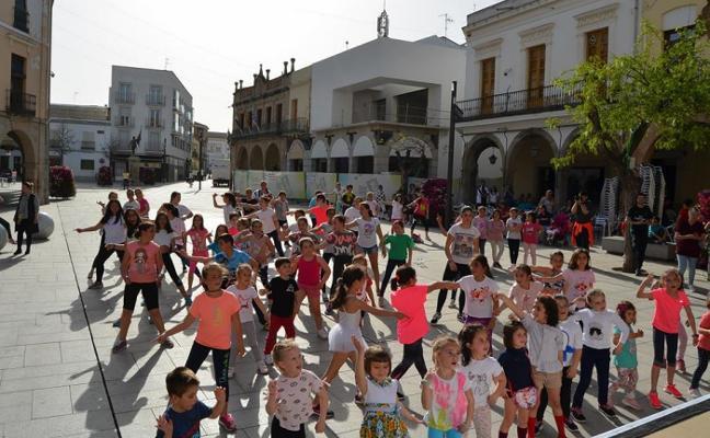 Bailando por el Día de la Danza en Villanueva