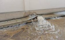 La rotura de una tubería inunda la calle Melchor de Évora, en el Casco Antiguo de Badajoz