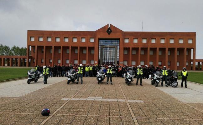 110 moteros visitan la Escuela de Tráfico